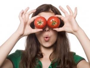 Cách xóa nếp nhăn trên da mắt bằng cà chua