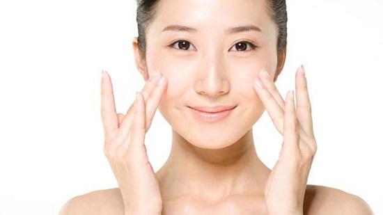 Chế độ chăm sóc bảo vệ da từ bên ngoài giúp hạn chế quá trình lão hóa da hiệu quả