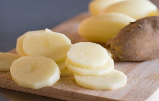 Khoai tây tươi có tác dụng làm mờ những vết rạn chằng chịt trên da