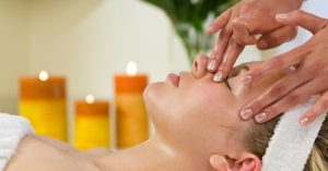 Cách massage mặt với dầu dừa ngăn lão hóa làm trắng da